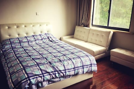 近迪斯尼屋里厢手作别墅民大床间 - Shanghai - Bed & Breakfast