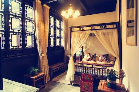 东厢房雕花大床房:苏州同里古镇中心百年老宅+花园庭院+古董家具 - Suzhou Tongli - Bed & Breakfast
