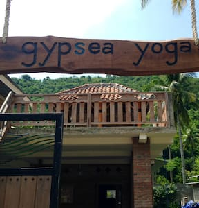 Yoga retreat. Roof top hut in jungle & close beach - North Lombok Regency