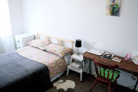 Arty Décor Apartment 10mins to CBD - Kensington - Apartment