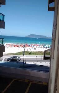 Apartamento temporada em Cabo Frio, frente praia. - Huoneisto