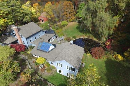 Spacious Rustic Farmhouse on 82 acres - Tillson - Ház
