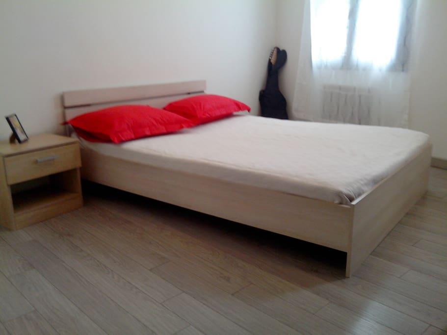 Deuxième chambre double. Table de chevet. Egalement avec placard et penderie.