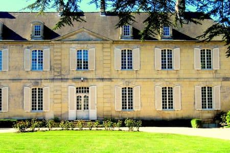 CHÂTEAU LES CÈDRES, B & B LA CHAMBRE D'AGATHE - Schloss