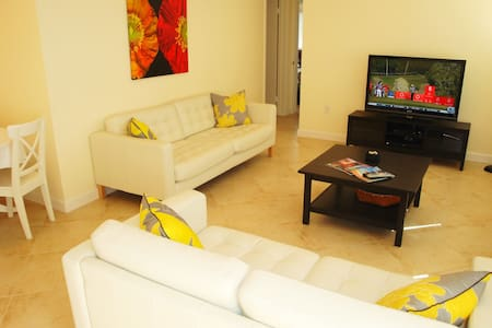 TROPICAL GARDEN APARTMENT JUST 2 BLOCKS TO BEACH - Lauderdale-by-the-Sea