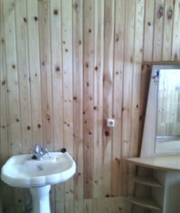 Изборск: Гостевой дом с озером и рыбой (Комната 2) - Guesthouse