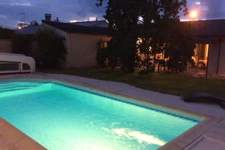 Maison avec piscine chauffée à 20min/std de France - Rumah