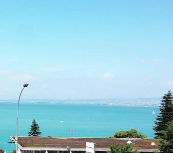 T2 bord du lac  balcon + terrasse. - Huoneisto