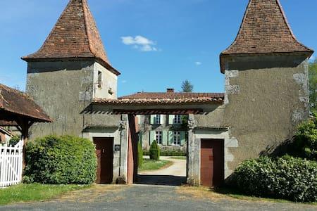 Gîte du Logis et Jardins de Chênard - House