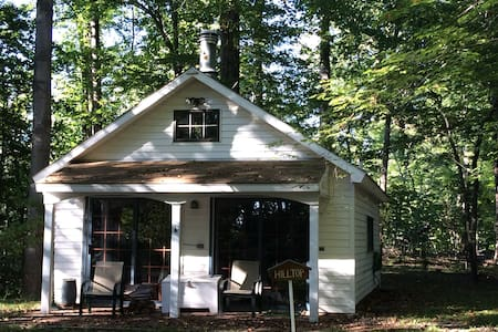 Quiet cottage on wooded property - Banglo