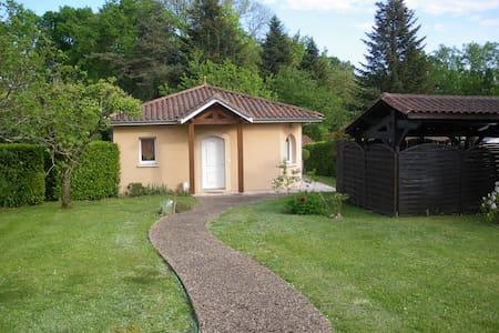 PETITE MAISON avec jardin et terrasse couverte - Casa