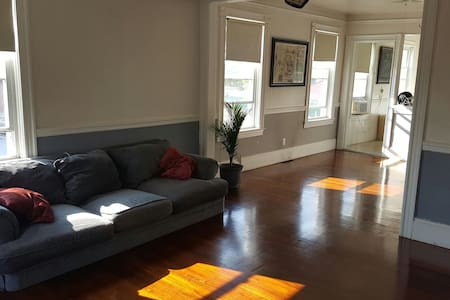 Middle of Federal Hill Spacious Apt - Providence