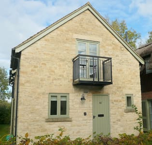 Pet friendly contemporary cotswold stone cottage - Somerford Keynes - House