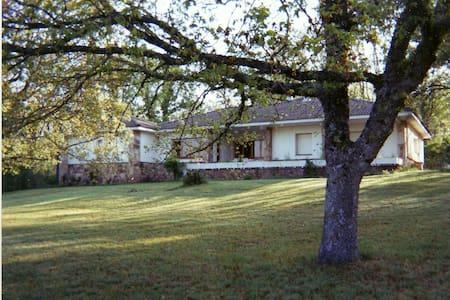 Casa con enorme jardín y tenis - Casa