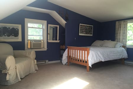 Third Floor Suite - Bedroom, Bathroom & TV Room - West Hartford - Casa