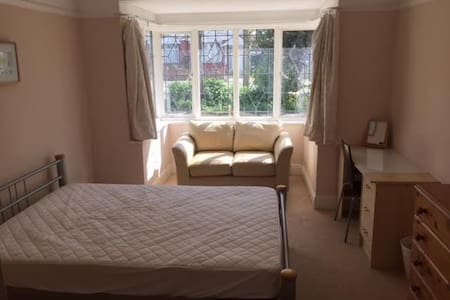 Large Double Room with Bay Windows, Sun and Sofa - Casa