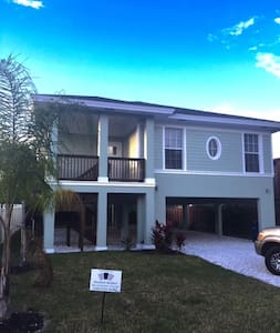 Beautiful New Home on Fort Myers Beach - Talo