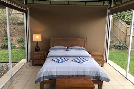 The outdoor indoor gazebo bedroom 6 - Port Douglas - Bed & Breakfast