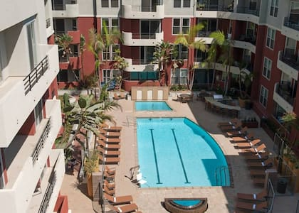 Private room, pool, jacuzzi & gym - Marina del Rey - Lägenhet