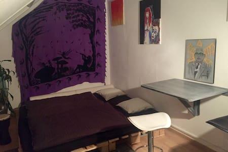 Cozy & Artsy Studio in the Heart of Frankfurt! - Condominium