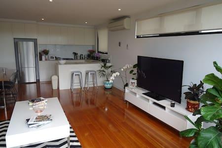 Light filled - modern apartment - heart of Elwood - Elwood