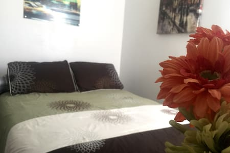 Cozy & Affordable Room in a Family Home by NYC - North Bergen - House