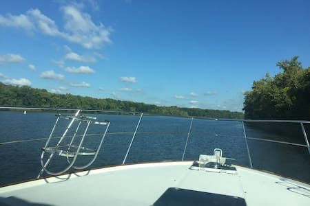Overnight on the CT River in a 36' Motor Yacht - Barco