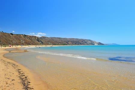 "B&B ""I Muci"" Beach Front - Gioiosa Marea"