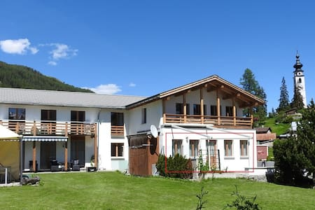 Engadiner Bergwelt , gemütlich,ruhig und sonnig - Apartment