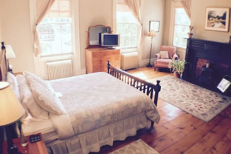 King Suite with Fridge & Fire Place - Bed & Breakfast