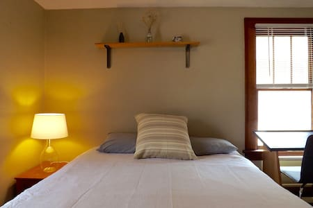 Cozy Guest Bedroom Near U of M and TCF Stadium - House