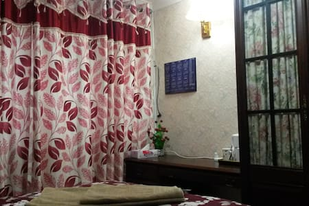 Double bed in a serene bungalow at best rates ! - 리딩(Reading) - 방갈로