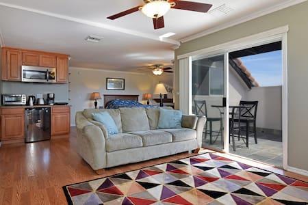 Sherman Oaks Studio Penthouse in the Heart of LA - Flat