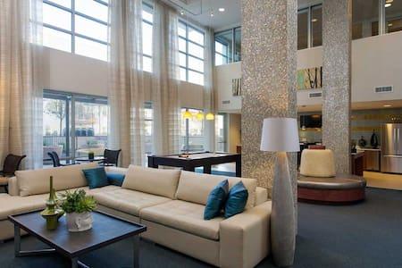 Luxury Amenities + Downtown Austin Location - Austin - Apartment