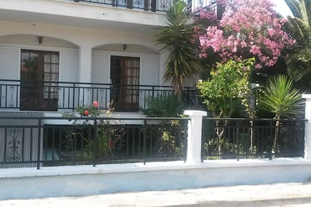Appartment 80m from the beach, in the village - Ierissos - Ev