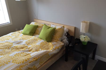 Queen Bed, Cozy Space! - House