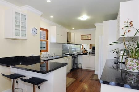 WARM AND FRIENDLY HOME - Mount Waverley - House