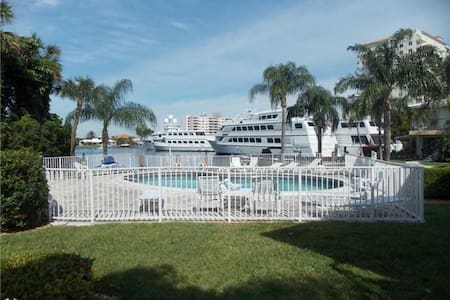 Waterfront condo, steps to beach!