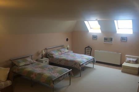 mid Wales , huge,spacious room - Rumah