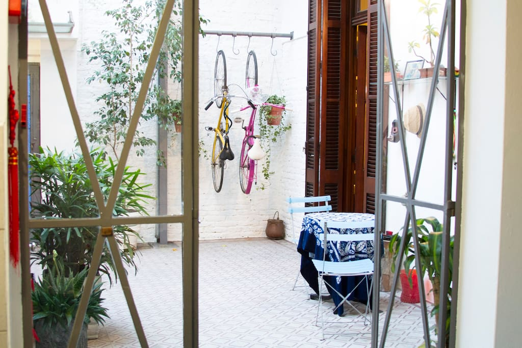 Patio that comunicates to the livving room, the kitchen and the private bathroom