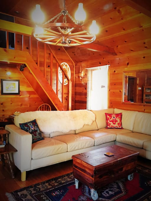 Reindeer Cottage, a vintage 80-year-old Wrightwood cabin with modern conveniences. Close to the woods/mountains and to the village.