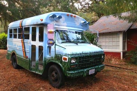 Rainbow Short Bus~~Beautiful Valley - Lakókocsi/lakóautó