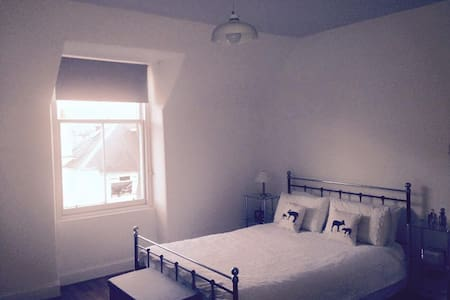 Large Kingsize Room in City Centre