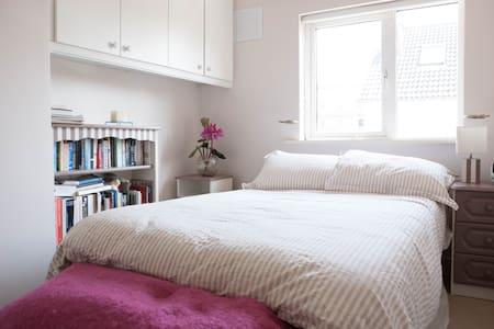 Bright Double Room, Close to City - Casa