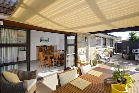 •Quiet location 3kms from City Centre & 11kms to Mt Maunganui •Modern home fully insulated & ultra-fast broadband •Spacious north-facing double room with TV ( 2 people NZ$65 room rate) •Optional extra single room (NZ$45) •Private courtyard