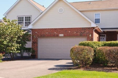 Cozy Room with private Bathroom - Bolingbrook - Townhouse