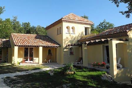 Maison très calme en lisière forêt - Saint-Germain-du-Salembre - Bed & Breakfast