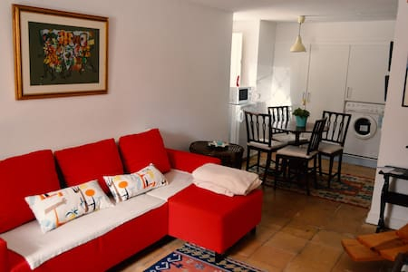 Small very welcoming , typical house in the Historic Village of Cascais, 2 minutes from the center , the beach , the restaurants , the beautiful village . Renewed and very romantic , it is perfect to escape the city and enjoy the wonders of life!
