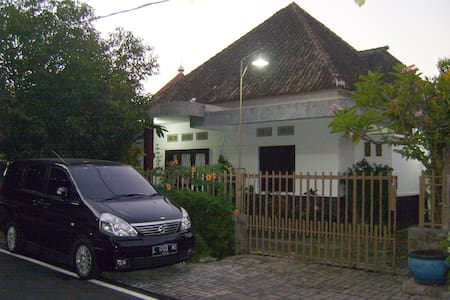 Room#2, House in Malang - Bed & Breakfast