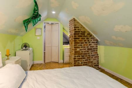 Charming Attic Room in Richmond - House